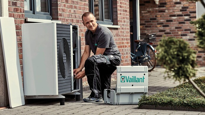 //www.vaillant.hr/media-master/global-media/vaillant/product-pictures/outdoor-shooting-arotherm-2018-v2/people18-45526-01-1441238-format-16-9@696@desktop.jpg