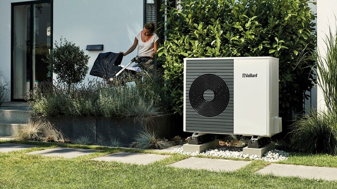 //www.vaillant.hr/media-master/global-media/vaillant/product-pictures/outdoor-shooting-arotherm-2018-v2/people18-45591-01-1441342-format-16-9@696@desktop.jpg